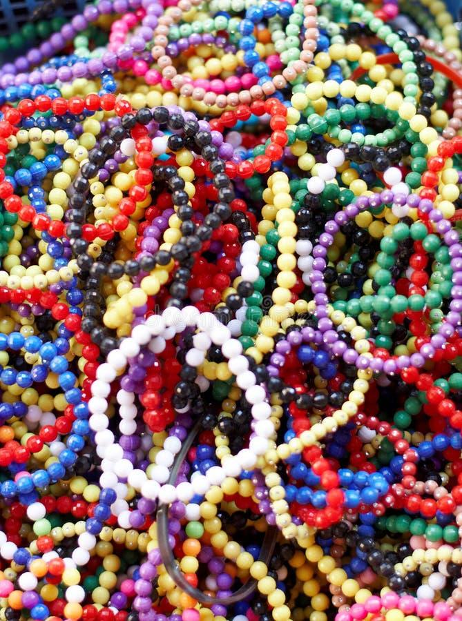 korgen beads färgglatt fullt royaltyfria bilder