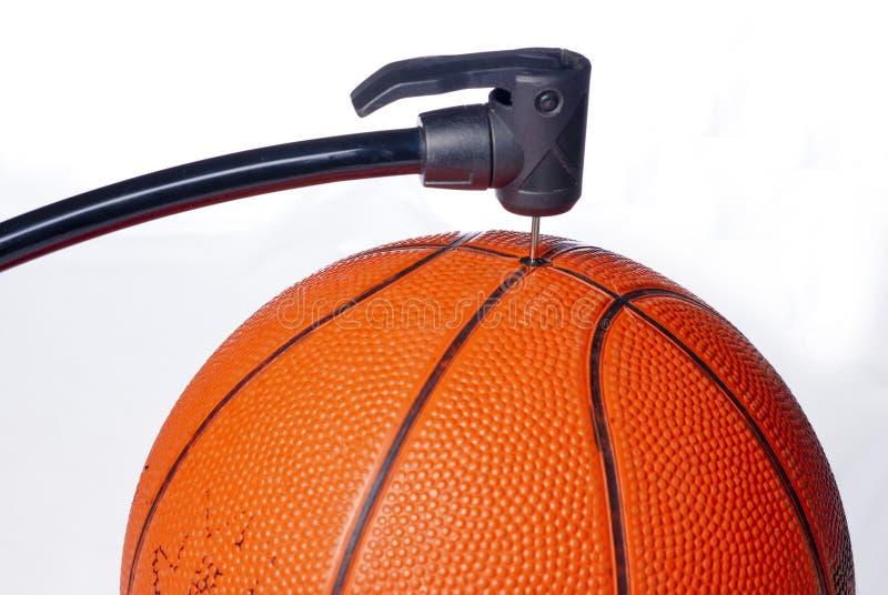 korgen för luftbollen får pumpen någon toy arkivfoto