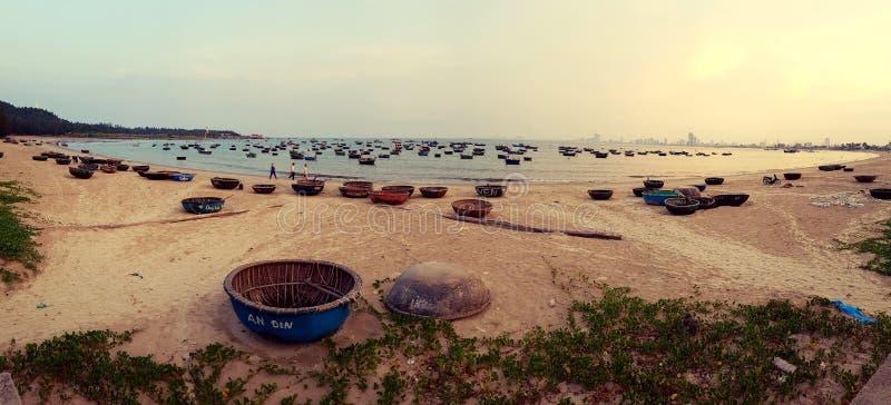 Korgfartyg på havet i Da Nang Vietnam royaltyfri bild