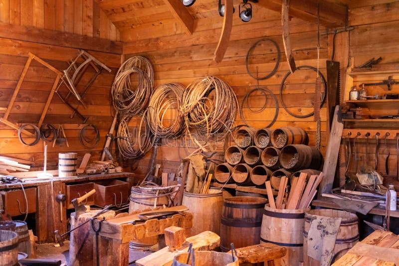 Korgtillverkare, i att bo historieskärm i gammalt fort arkivbild