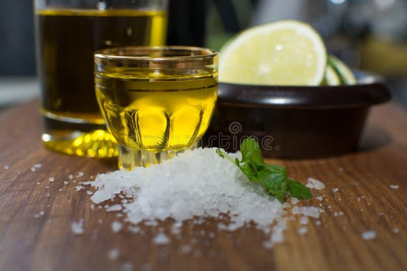 Korianderolivolja och limefrukt för hav salt arkivbild