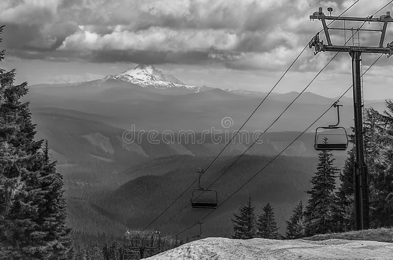Korkad montering Jefferson Oregon för snö i svart och att göra vit royaltyfria foton