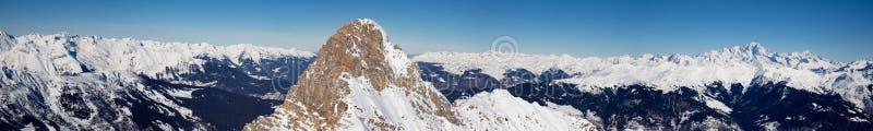Korkade berg för härlig alpin panoramautsiktsnö vinter för mulen sky för landskap för skogberg snöig arkivbild