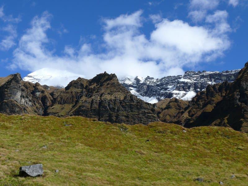 Korkade berg för snö från den Annapurna basläger arkivfoto