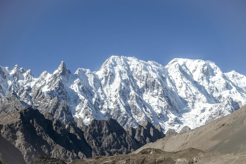 Korkade berg för snö i det Karakoram området Passu Pakistan royaltyfria foton