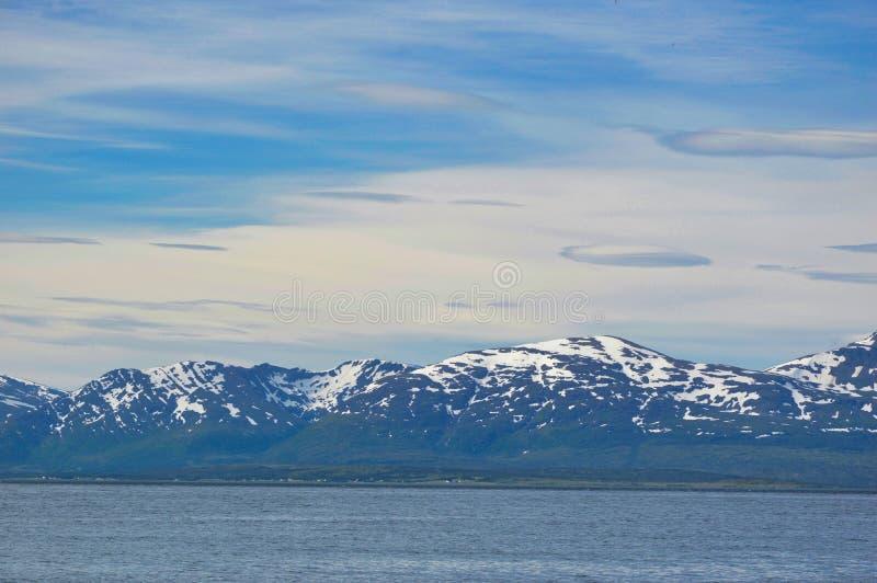 Korkade berg för snö nära Tromso royaltyfri fotografi