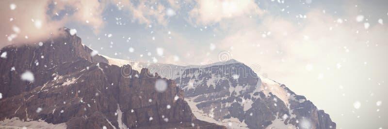 Korkade berg för snö på en solig dag royaltyfria bilder
