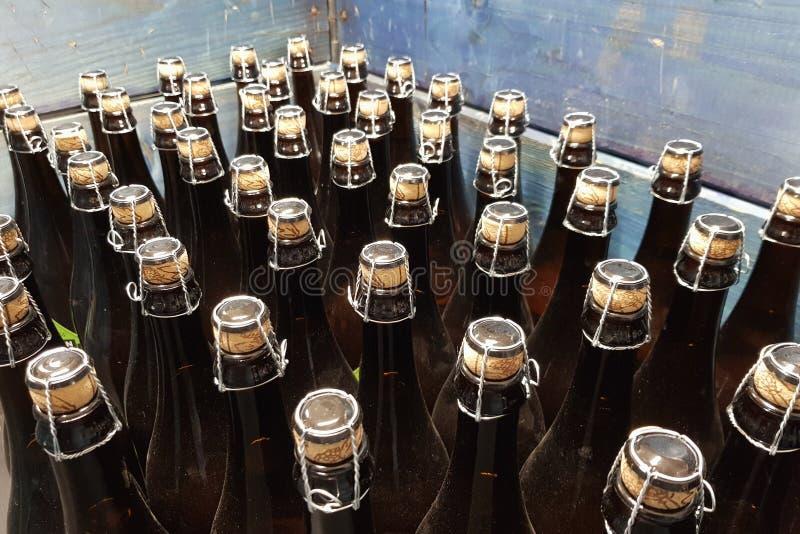 Korkade flaskor i en enhet fotografering för bildbyråer