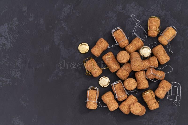 Korkar från champagne på en svart bakgrund Övrevinkel arkivbilder