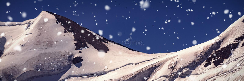 Korkat berg för snö på en solig dag arkivfoto