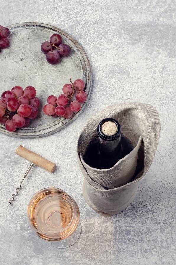Korken in einer Flasche Wein stockfotos