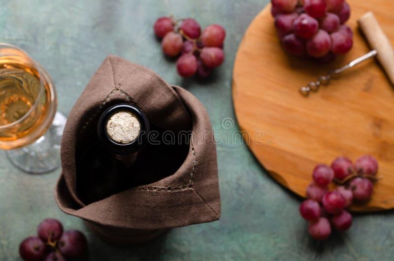 Korken in einer Flasche Wein stockbild