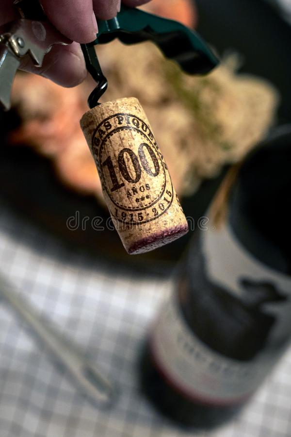 Korken schraubte von der Flasche des Rotweins stockfotografie