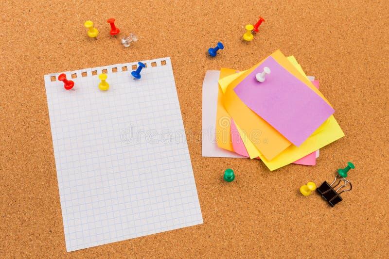 Korkenbrett mit festgesteckten farbigen leeren Anmerkungen - Bild lizenzfreie stockbilder