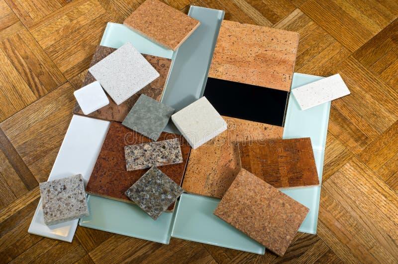 Korkenquarzglasfliesen und -Holzfußboden stockfoto