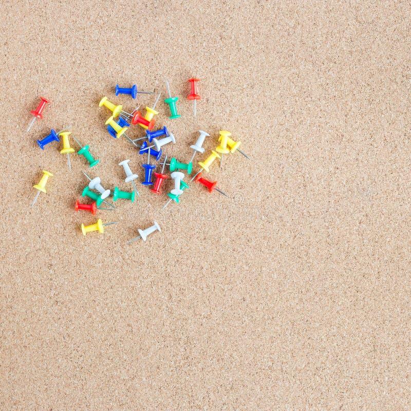 Korkenspeicherkarte mit Haufen von Stiften von ihm, Quadrat lizenzfreies stockfoto
