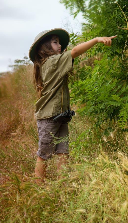 Korkensturzhelmmädchen in der Natur lizenzfreie stockfotografie
