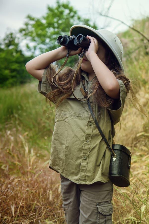 Korkensturzhelmmädchen in der Natur stockbilder