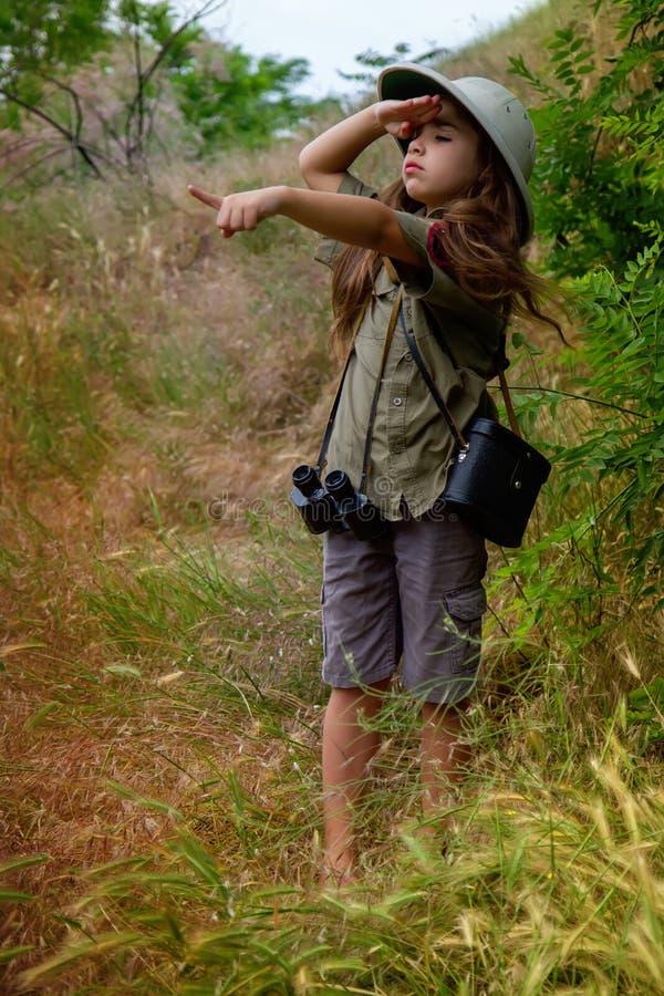 Korkensturzhelmmädchen in der Natur lizenzfreies stockfoto