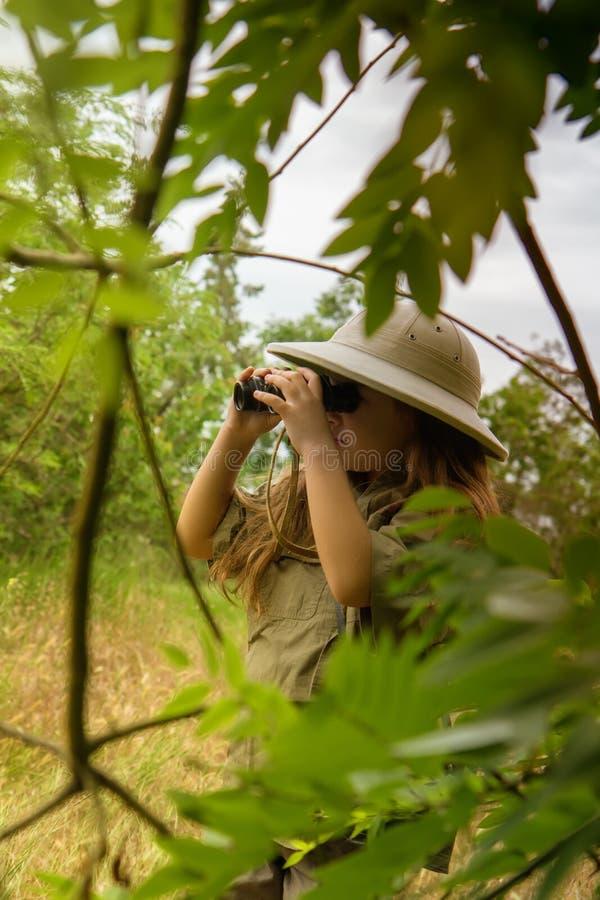 Korkensturzhelmmädchen in der Natur lizenzfreies stockbild