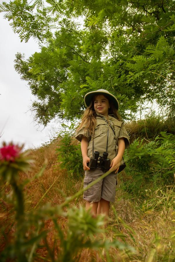 Korkensturzhelmmädchen in der Natur lizenzfreie stockfotos