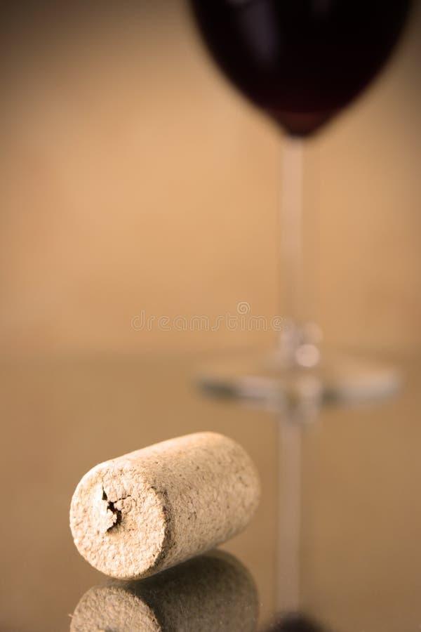 korkexponeringsglasrött vin arkivfoto