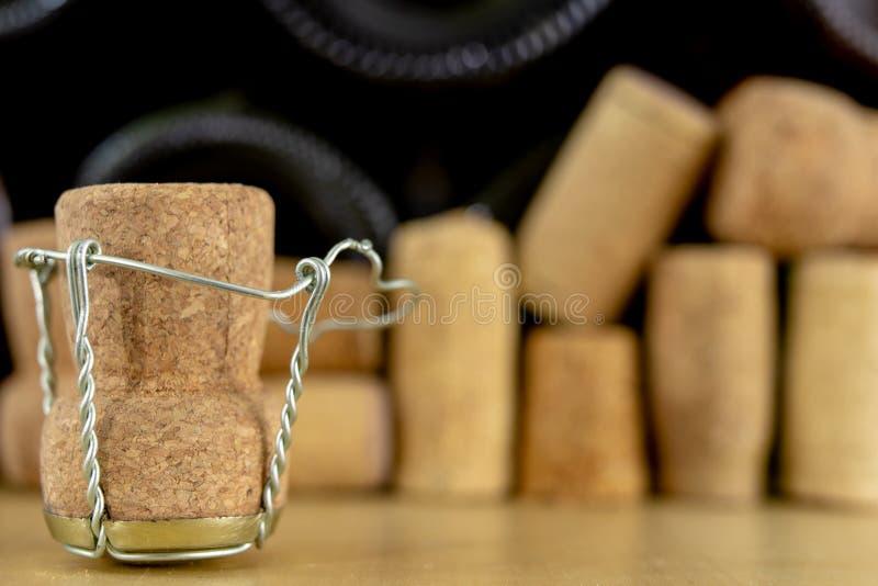 Korki od szampana na drewnianym stole Druciane ochrony i prymki po Nowego Year& x27; s wigilia obrazy stock
