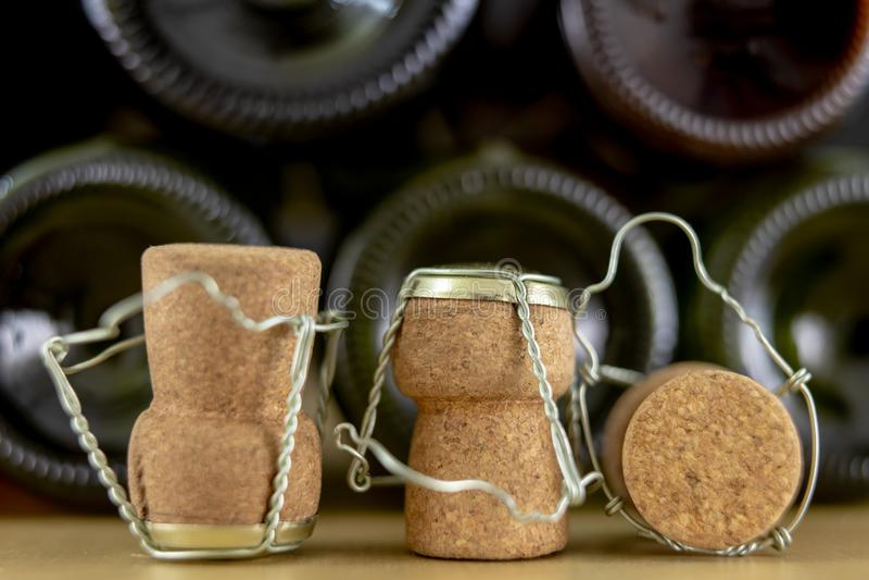 Korki od szampana na drewnianym stole Druciane ochrony i prymki po Nowego Year&-x27; s wigilia zdjęcia royalty free
