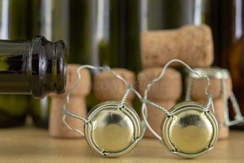 Korki od szampana na drewnianym stole Druciane ochrony i prymki po Nowego Year&-x27; s wigilia fotografia stock