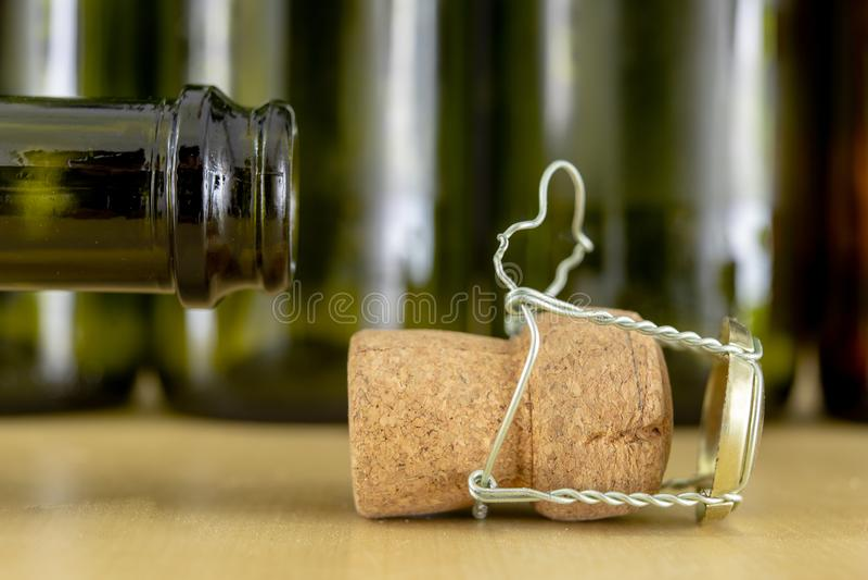Korki od szampana na drewnianym stole Druciane ochrony i prymki po Nowego Year&-x27; s wigilia obraz stock
