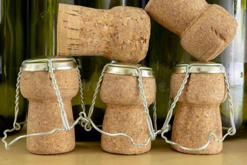 Korki od szampana na drewnianym stole Druciane ochrony i prymki po Nowego Year&-x27; s wigilia zdjęcie royalty free