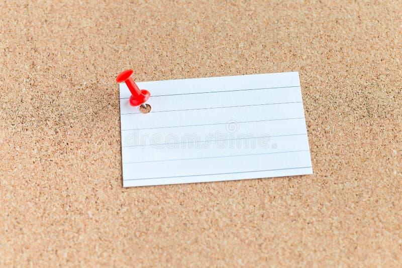 Korkminnesbr?de med det kl?mde fast tomma stycket av papper, anm?rkningar, anslagstavla som ?r horisontal royaltyfri fotografi