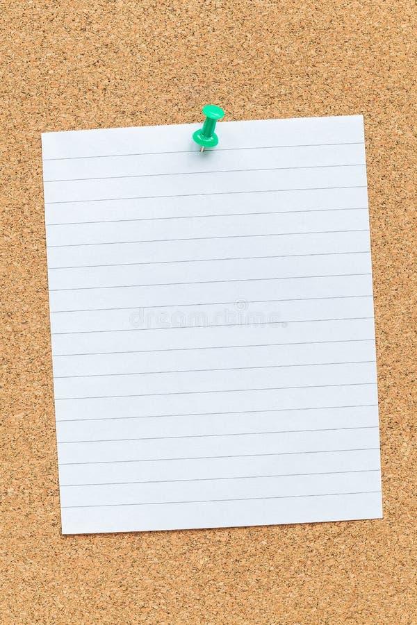 Korkminnesbr?de med det kl?mde fast tomma stycket av papper, anm?rkningar, anslagstavla som ?r horisontal arkivbild
