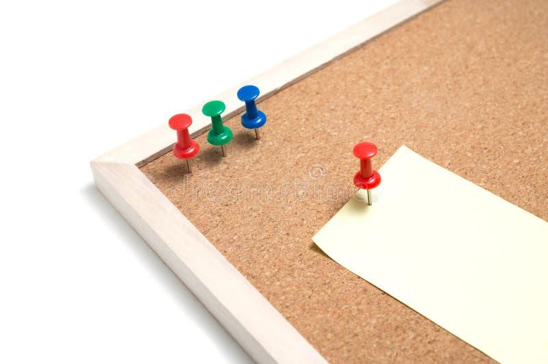 Korkowa deska z kleistymi szpilkami i drewnianym fram koloru żółtego pchnięcia i notatki obrazy stock