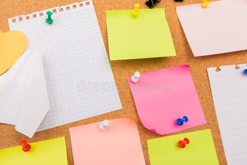 Korkowa deska z przypi?tymi barwionymi puste miejsce notatkami - wizerunek zdjęcie stock