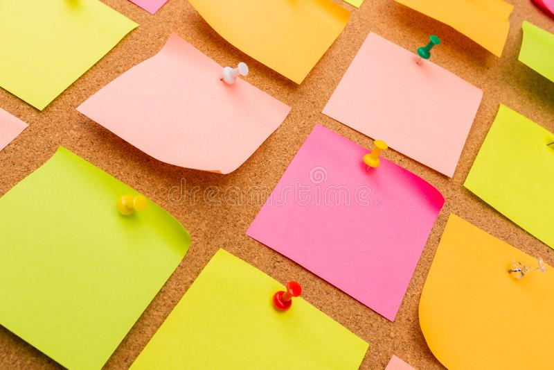 Korkowa deska z przypi?tymi barwionymi puste miejsce notatkami - wizerunek obraz stock