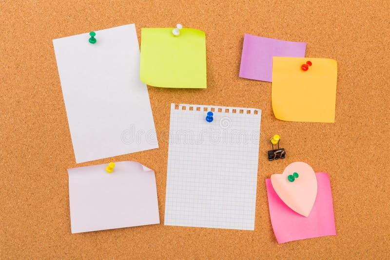 Korkowa deska z przypi?tymi barwionymi puste miejsce notatkami - wizerunek zdjęcie royalty free