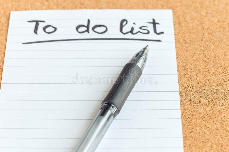 Korkowa pami?ci deska z pustym kawa?ek papieru i pi?rem, robi? li?cie, tablica informacyjna, horyzontalna, zbli?enie zdjęcie stock