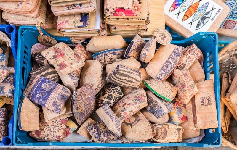 Korkowi tekstura portfle, torebki dla sprzedaży przy Porto rynkiem i (Mercado robi Bolhao) Portugalia zdjęcia stock