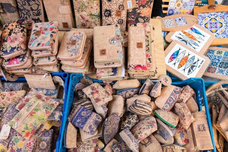 Korkowi tekstura portfle, torebki dla sprzedaży przy Porto rynkiem i (Mercado robi Bolhao) Portugalia obraz stock