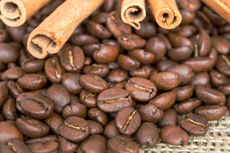 Korn av kaffe i ett löst arkivfoto