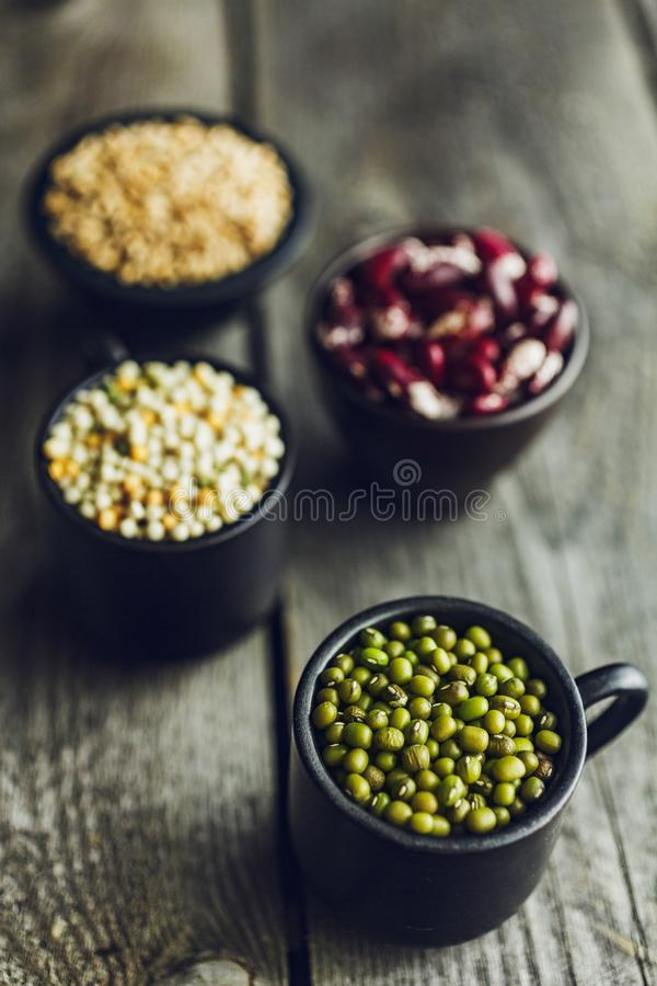 Korn för gröna mung bönor, för röda bönor, couscous- och vete arkivbild