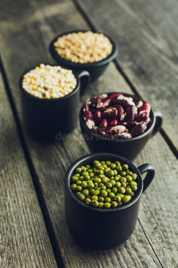 Korn för gröna mung bönor, för röda bönor, couscous- och vete fotografering för bildbyråer