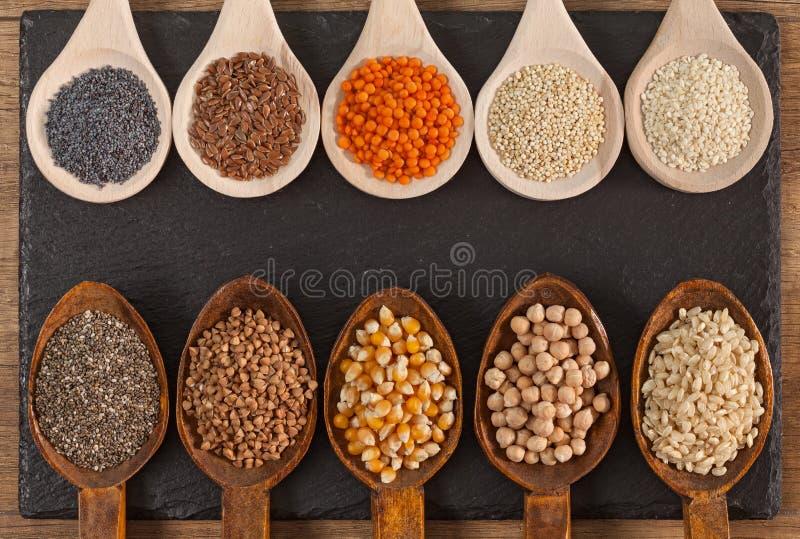 Korn och frövariation i sunda träskedar - och olikt matbegrepp arkivfoto