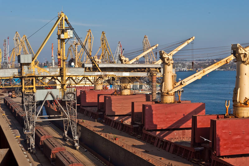 Korn von den Silos, die an auf Frachtschiff geladen werden lizenzfreie stockbilder