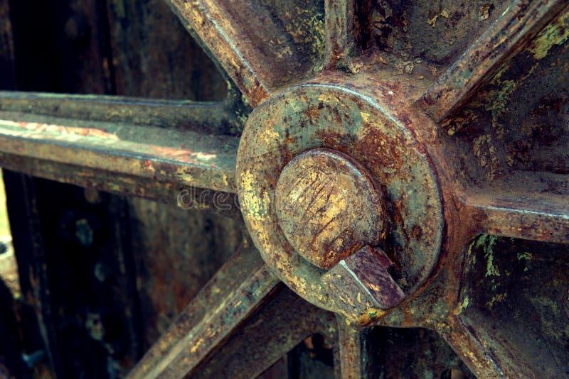 Kornbild: Stäng sig upp av den gamla maskinfabriken som göras av stål och används i den förgångna brutna och lantliga maskinen so arkivbild