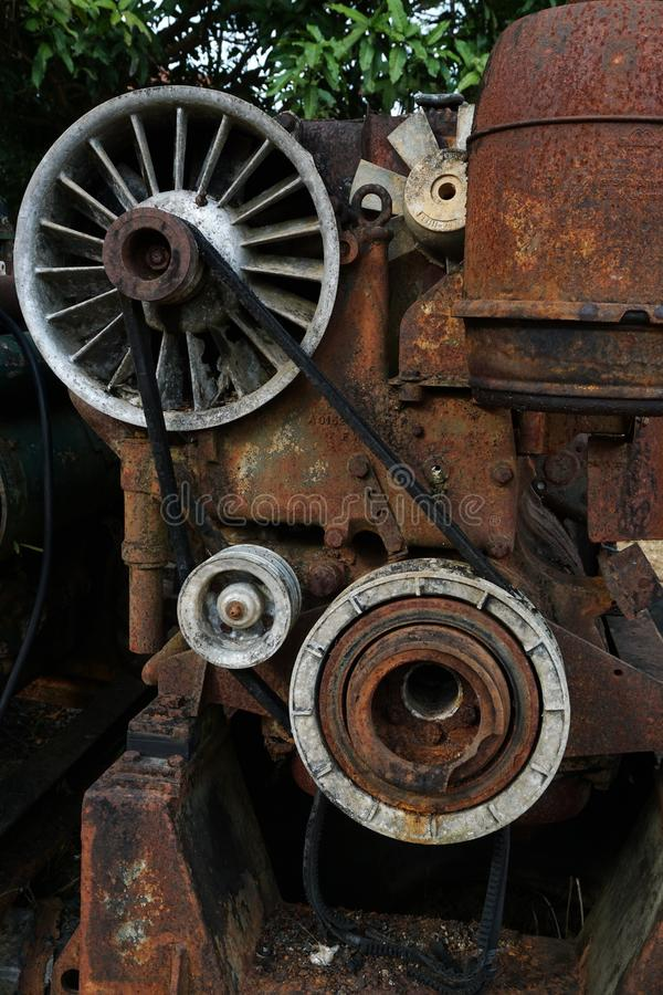 Kornbild: Stäng sig upp av den gamla maskinfabriken som göras av stål och används i den förgångna brutna och lantliga maskinen so royaltyfria foton