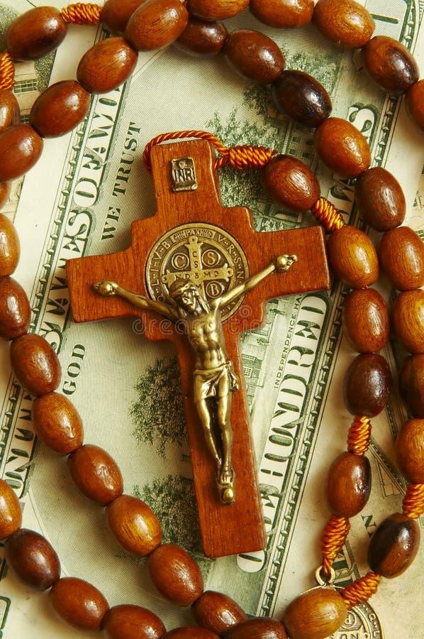 Korne mit Kreuz auf Dollar lizenzfreies stockfoto