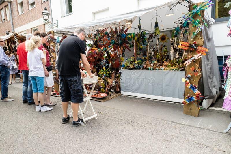 KORNELIMUENSTER, ГЕРМАНИЯ, 18-ое июня 2017 - люди просматривают историческую ярмарку Kornelimuenster на солнечный теплый день стоковая фотография rf