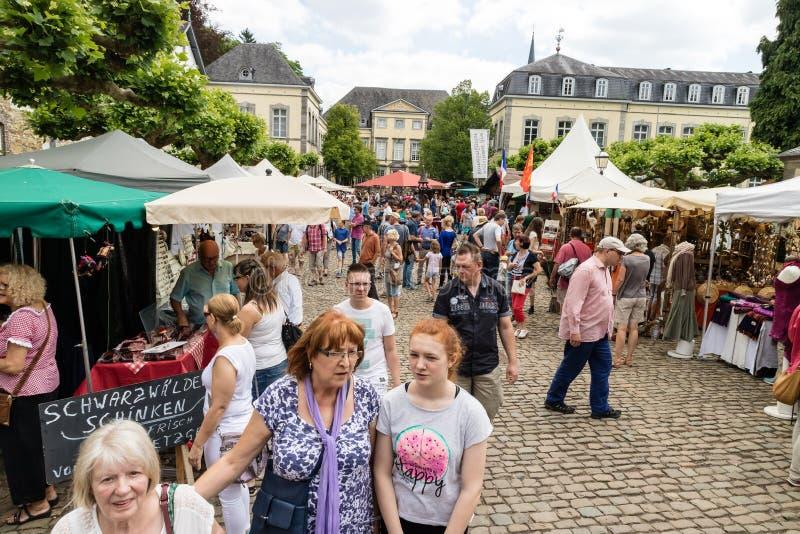 KORNELIMUENSTER, ALLEMAGNE, le 18 juin 2017 - les gens passent en revue la foire historique de Kornelimuenster un jour chaud enso photo libre de droits